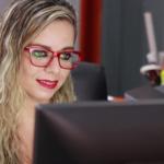 michelle_mied_agencia_de_publicidade_no_escritorio_publicitária digitando na frente do computador criação